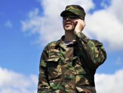 украинский военный с мобильным телефоном